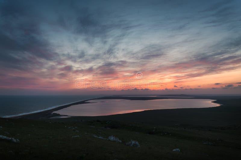 Tramonto sopra il mare ed i laghi immagini stock libere da diritti
