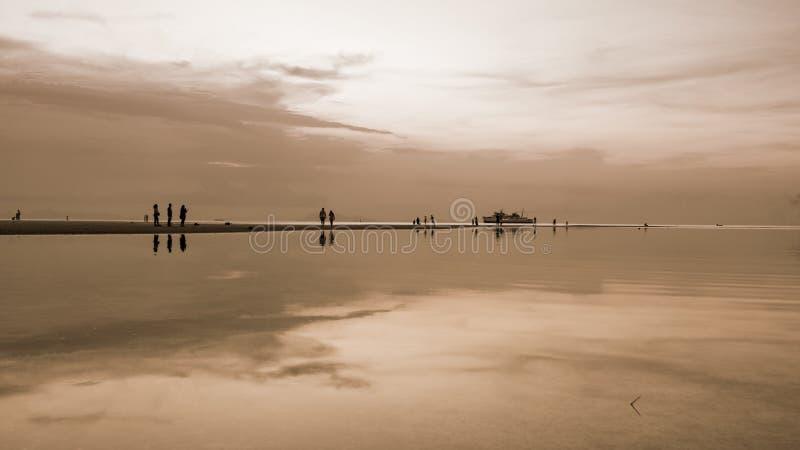 Tramonto sopra il mare nello stile di colore di seppia fotografie stock