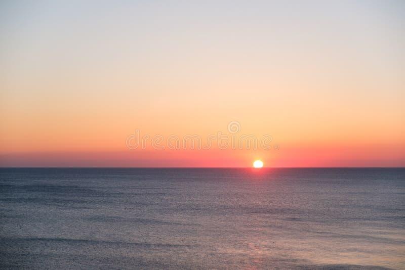 Tramonto sopra il mare, vista sul mare scenica alla sera immagini stock libere da diritti