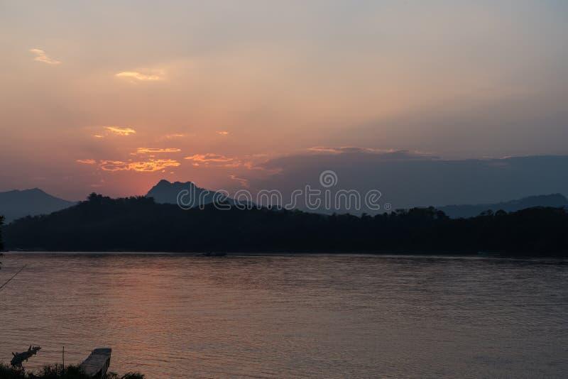Tramonto sopra il Mekong in Luang Prabang, Laos immagini stock libere da diritti