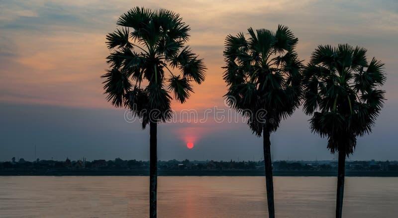 Tramonto sopra il Mekong in Thakhek, Laos immagine stock