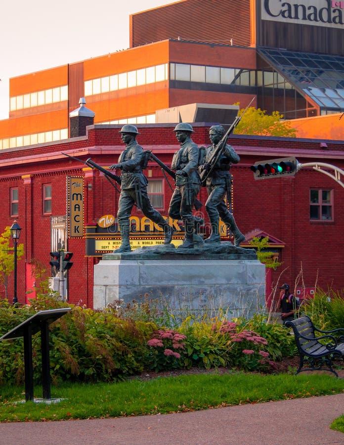 Tramonto sopra il memoriale dei veterani di Charlottetown in città con l'edificio del Canada di affari dei veterani nel backgro fotografia stock libera da diritti