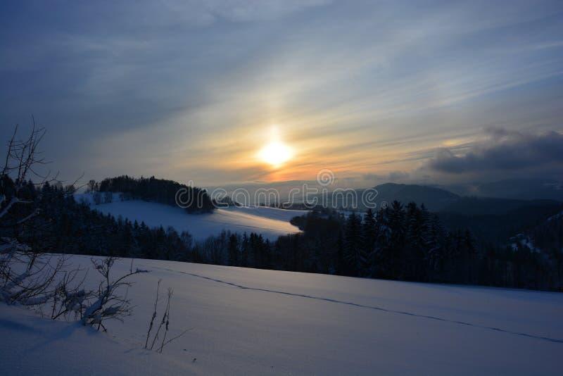 Tramonto sopra il paesaggio di inverno immagini stock libere da diritti