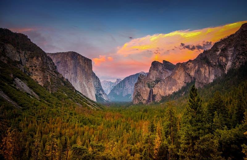 Tramonto sopra il parco nazionale di Yosemite dalla vista del tunnel immagine stock libera da diritti