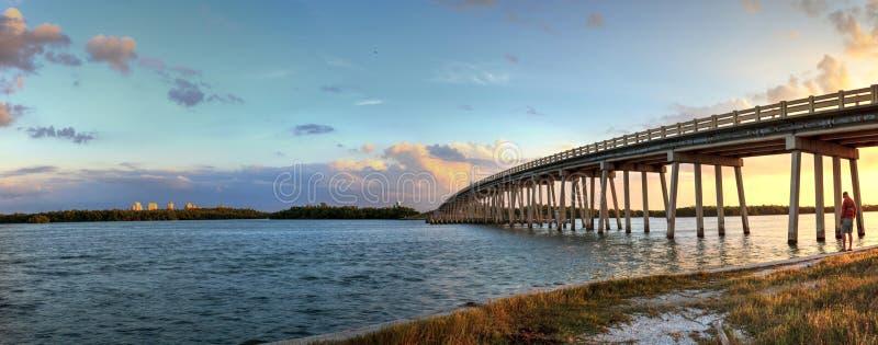 Tramonto sopra il ponte lungo il boulevard di Estero, attraversante il nuovo passo di danza fotografia stock