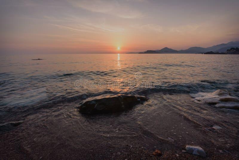 Tramonto sopra il ` s di St Stephen nel Montenegro fotografia stock libera da diritti
