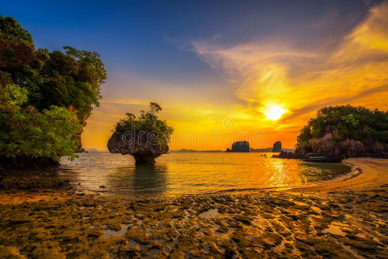 Tramonto sopra l'arcipelago di Laopilae intorno all'isola di Ko Hong vicino a Krabi, Tailandia fotografie stock