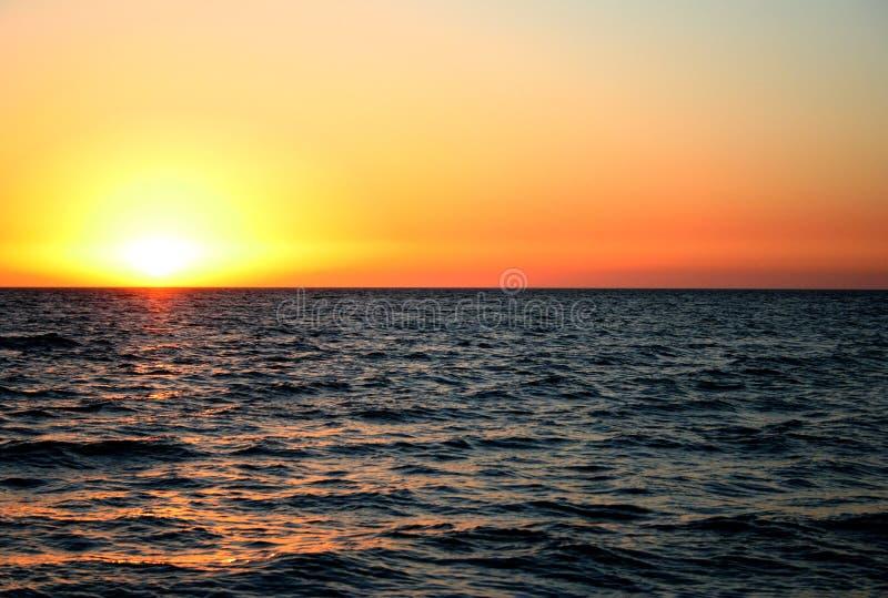 Tramonto sopra l'oceano fotografia stock