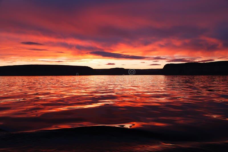 Tramonto sopra l'oceano artico fotografia stock libera da diritti