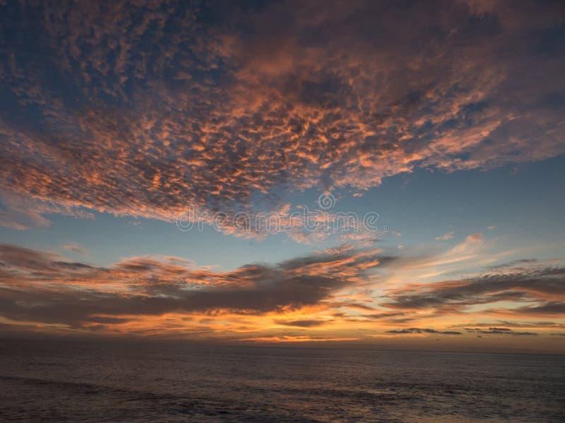 Tramonto sopra l'Oceano Atlantico che compone una nuvola arancio drammatica fotografia stock