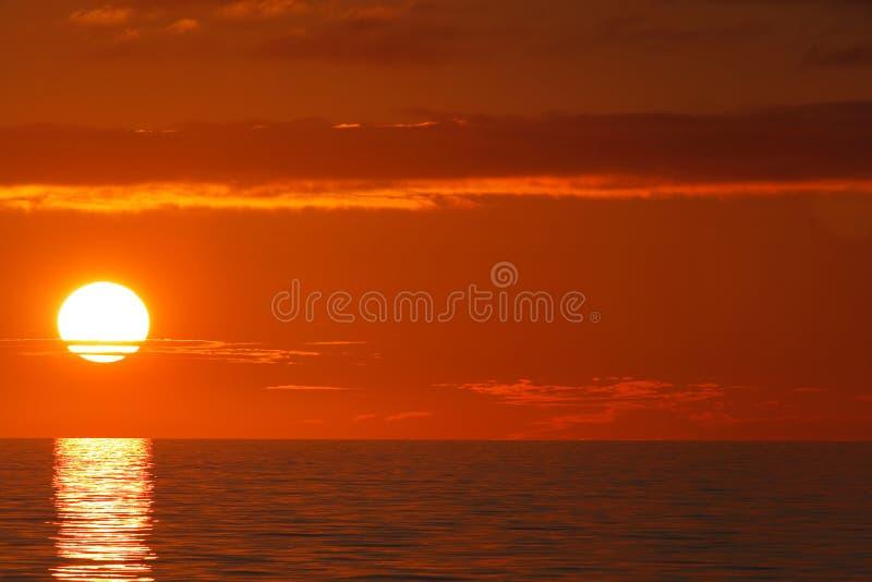 Tramonto sopra l'oceano, disco pieno fotografie stock libere da diritti