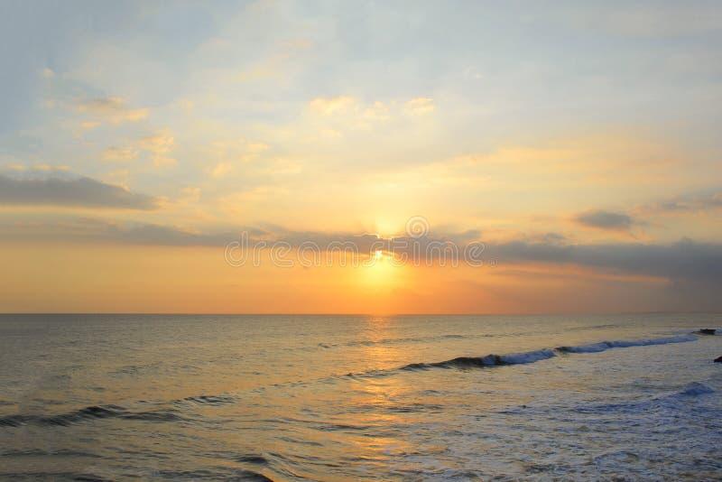 Tramonto sopra l'Oceano Indiano in Bali fotografie stock libere da diritti