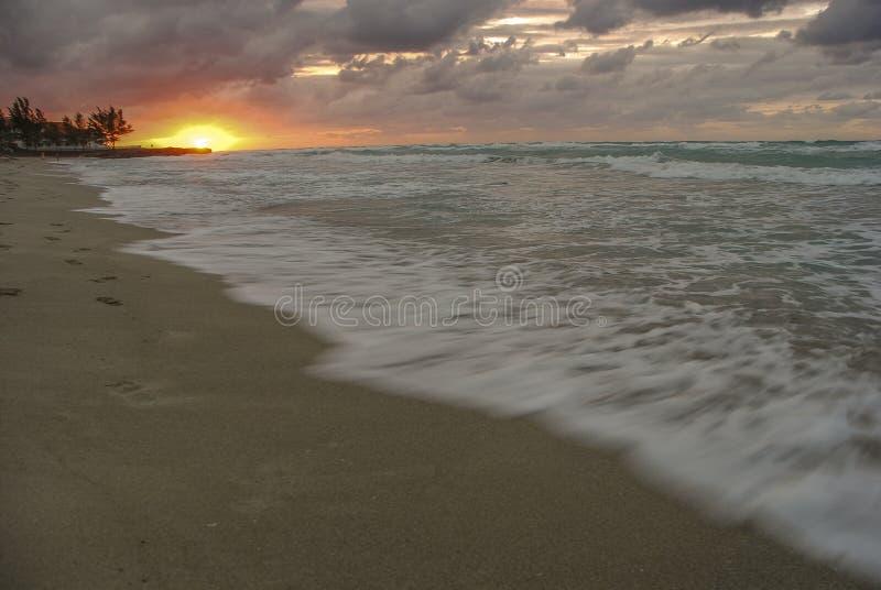 Tramonto sopra l'oceano, sole, onde, spiaggia fotografia stock libera da diritti