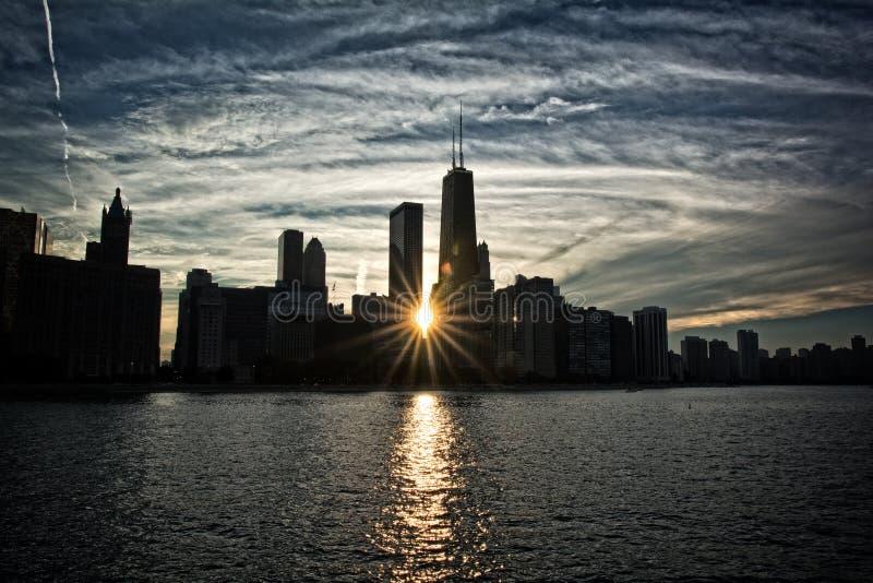Tramonto sopra l'orizzonte ed il lago Michigan di Chicago fotografie stock