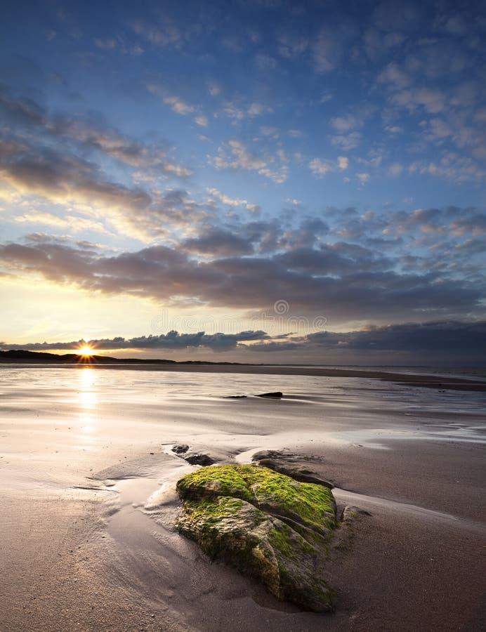 Tramonto sopra la baia di Druridge, Northumberland, Inghilterra immagini stock libere da diritti