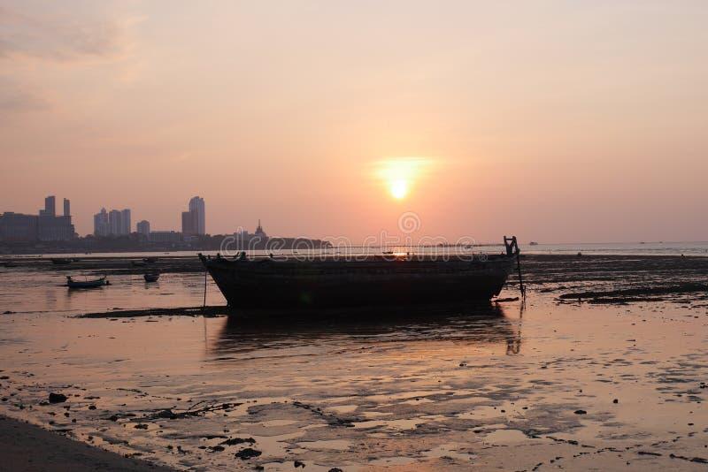 Tramonto sopra la baia in Naklua Tailandia a bassa marea fotografia stock libera da diritti
