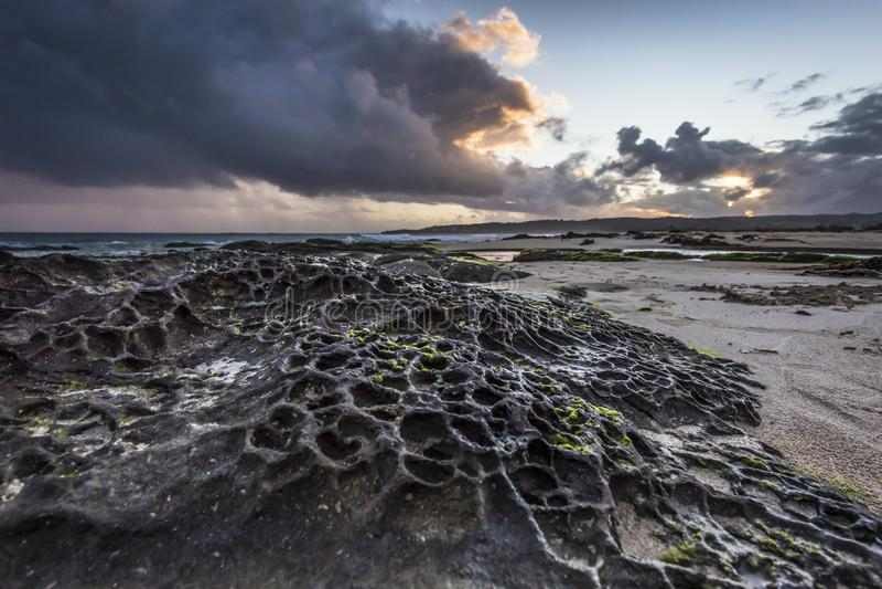 Tramonto sopra la bella spiaggia alla grande strada dell'oceano di Apollo Bay Coastal Reserve Melbourne Australia fotografia stock libera da diritti