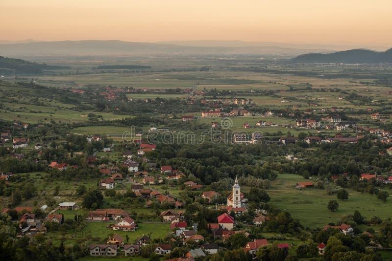 Tramonto sopra la campagna di Transylvanian vicino al castello della crusca immagini stock libere da diritti