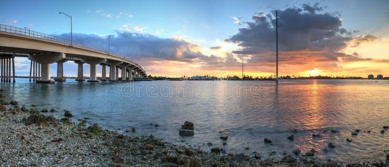Tramonto sopra la carreggiata del ponte che viaggia su Marco Island, fotografie stock libere da diritti