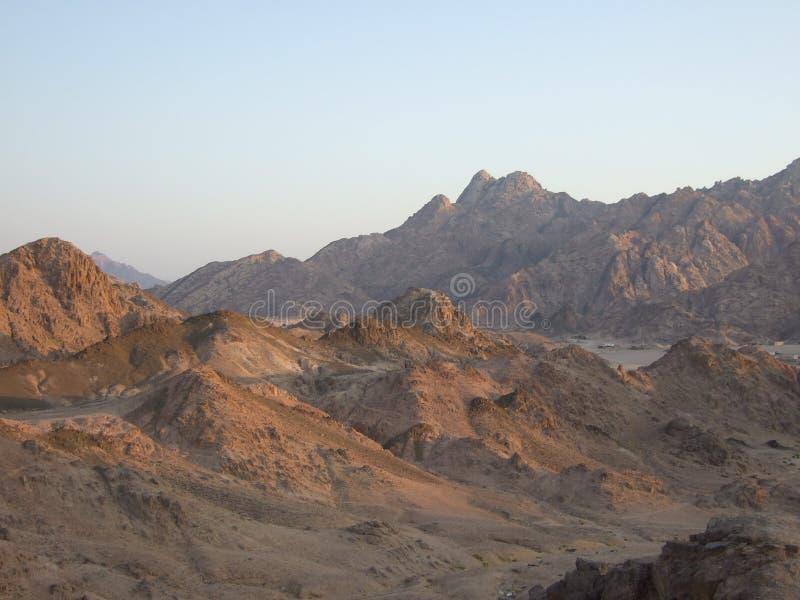 Tramonto sopra la catena montuosa egiziana del deserto immagine stock libera da diritti
