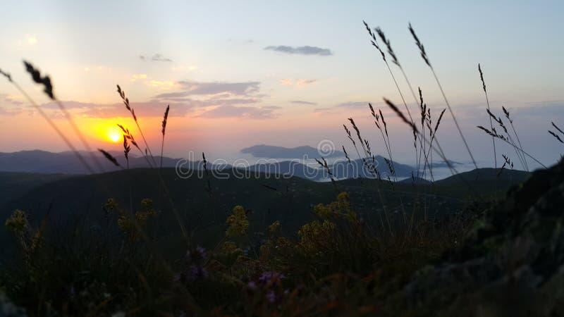 Tramonto sopra la catena montuosa orientale di Mar Nero immagini stock