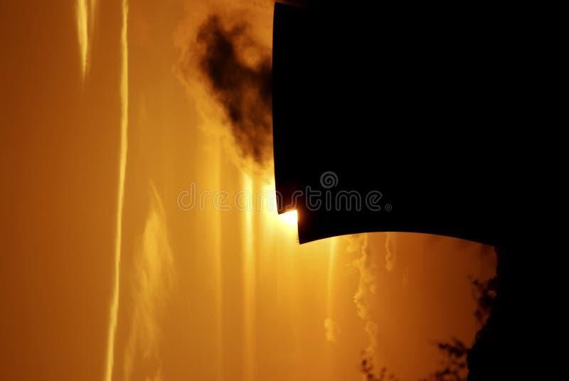 Tramonto sopra la centrale elettrica fotografia stock libera da diritti