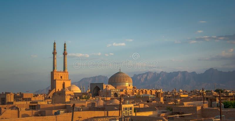 Tramonto sopra la città antica di Yazd, Iran immagini stock libere da diritti