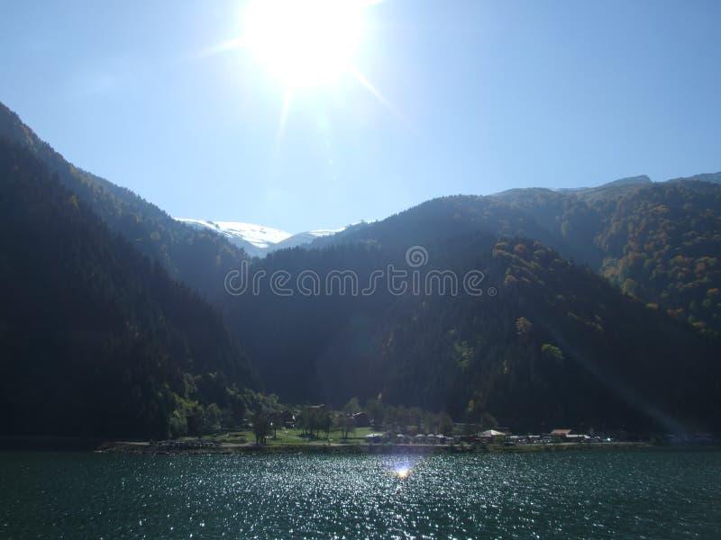 Tramonto sopra la città del lago fotografia stock libera da diritti