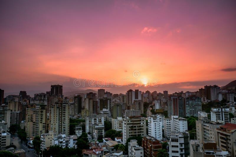 Tramonto sopra la città di Caracas fotografia stock