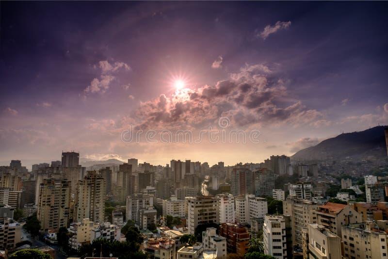 Tramonto sopra la città di Caracas immagine stock