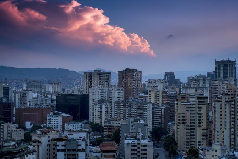 Tramonto sopra la città di Caracas, vista di Westside, Venezuela immagini stock libere da diritti