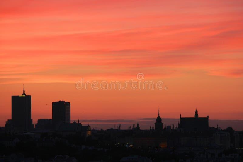 Tramonto sopra la città di Varsavia immagini stock libere da diritti