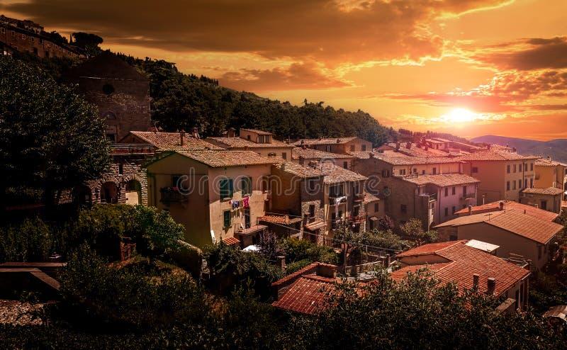 Tramonto sopra la città toscana di Costona fotografia stock libera da diritti