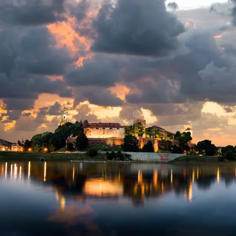 Tramonto sopra la collina di Wawel a Cracovia immagine stock libera da diritti
