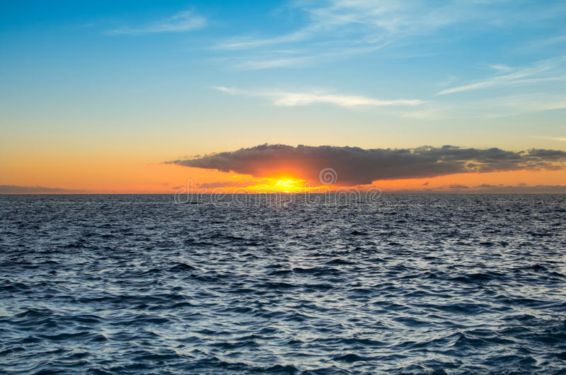 Tramonto sopra la costa dell'Oceano Atlantico fotografia stock libera da diritti