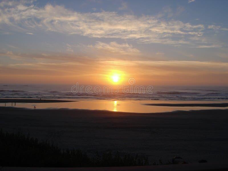 Tramonto sopra la costa dell'Oregon alla spiaggia del cannone fotografia stock