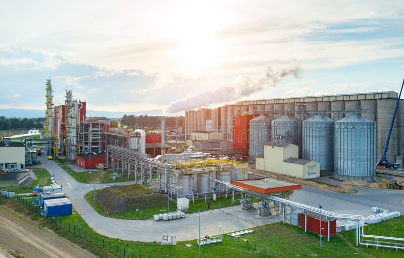 Tramonto sopra la fabbrica del combustibile biologico fotografia stock libera da diritti