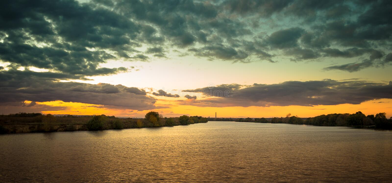 Tramonto sopra la riva del fiume fotografie stock libere da diritti