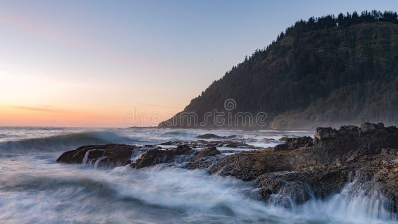 Tramonto sopra la spiaggia dell'Oregon fotografia stock