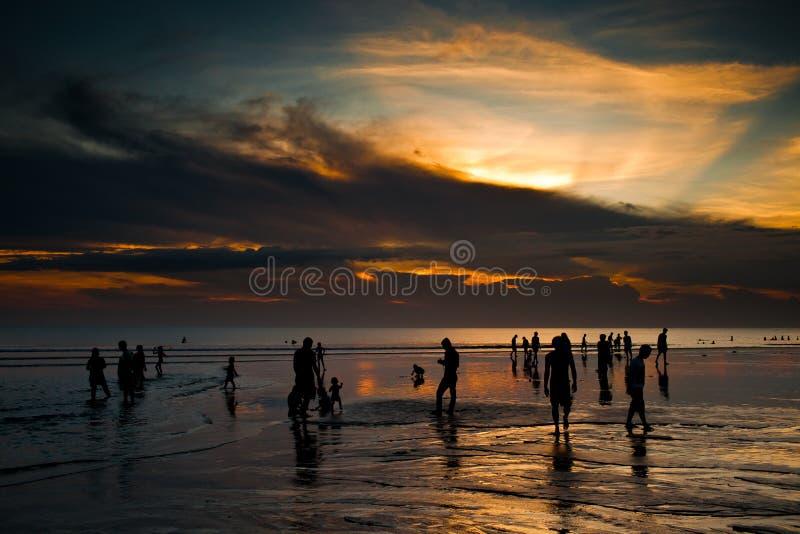 Tramonto sopra la spiaggia di Kuta immagine stock
