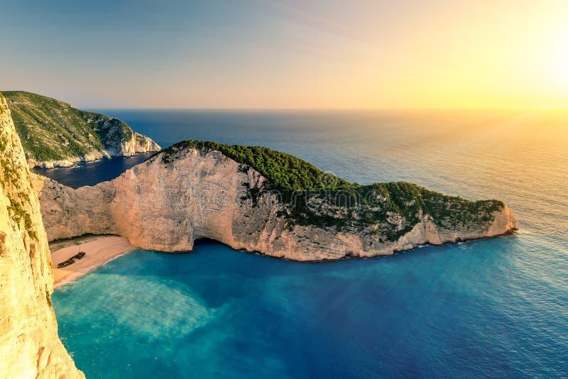 Tramonto sopra la spiaggia di Navagio, Zacinto, Grecia fotografia stock