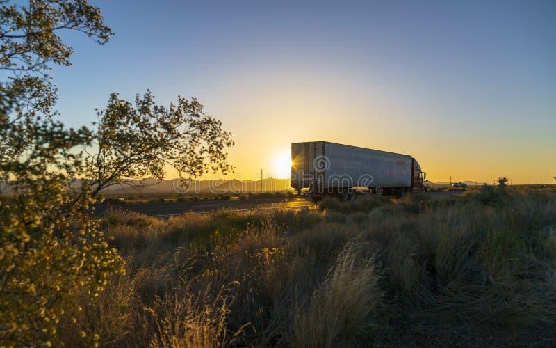 Tramonto sopra la strada principale di Nord 93 vicino a Kingman, Arizona, Stati Uniti d'America, Nord America fotografia stock libera da diritti