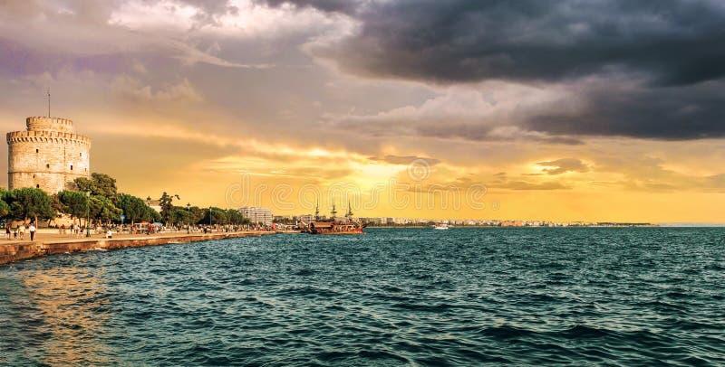 Tramonto sopra la torre bianca a Salonicco fotografia stock libera da diritti