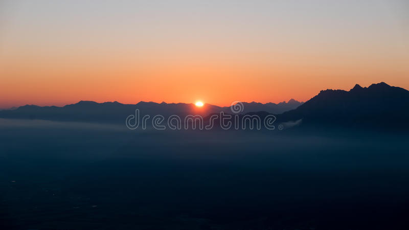 Tramonto sopra la valle nella montagna immagini stock libere da diritti