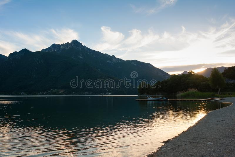 Tramonto sopra Lago di Ledro, Trento, Italia fotografia stock