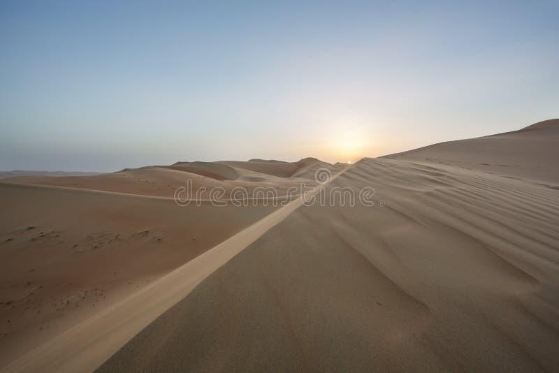 Tramonto sopra le dune di sabbia del deserto quarto vuoto immagine stock