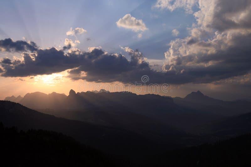 Tramonto sopra le montagne immagine stock libera da diritti
