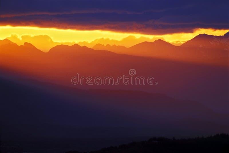 Tramonto sopra le montagne immagini stock