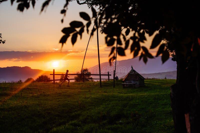 Tramonto sopra le montagne Carpatico, Ucraina, Europa fotografia stock libera da diritti