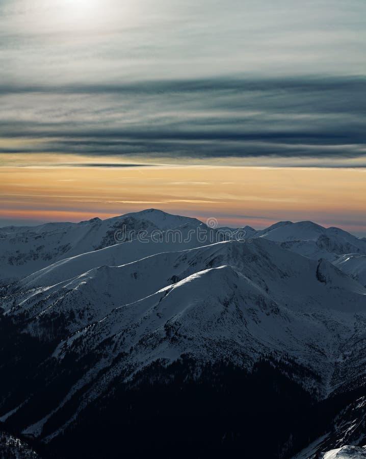 Tramonto sopra le montagne di Tatra, Polonia di inverno fotografie stock libere da diritti